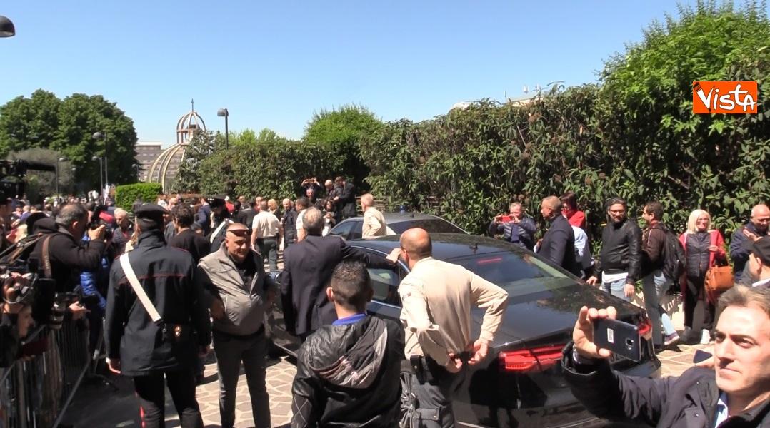 folla accoglie Berlusconi
