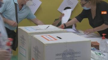 11 - Regionali Puglia, i baresi al voto tra mascherine e misure anti Covid. Le foto