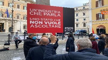 6 - Organizzatori di eventi scendono in piazza a Montecitorio. Le immagini della protesta