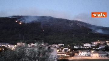 1 - Incendi all'Aquila, Monte Pettino in fiamme. Le foto