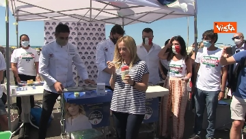 7 - Granita per chi raccoglie la plastica in spiaggia, l'iniziativa di Fdi per l'estate