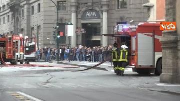 1 - Bus in fiamme in centro a Roma, via del Tritone nel caos