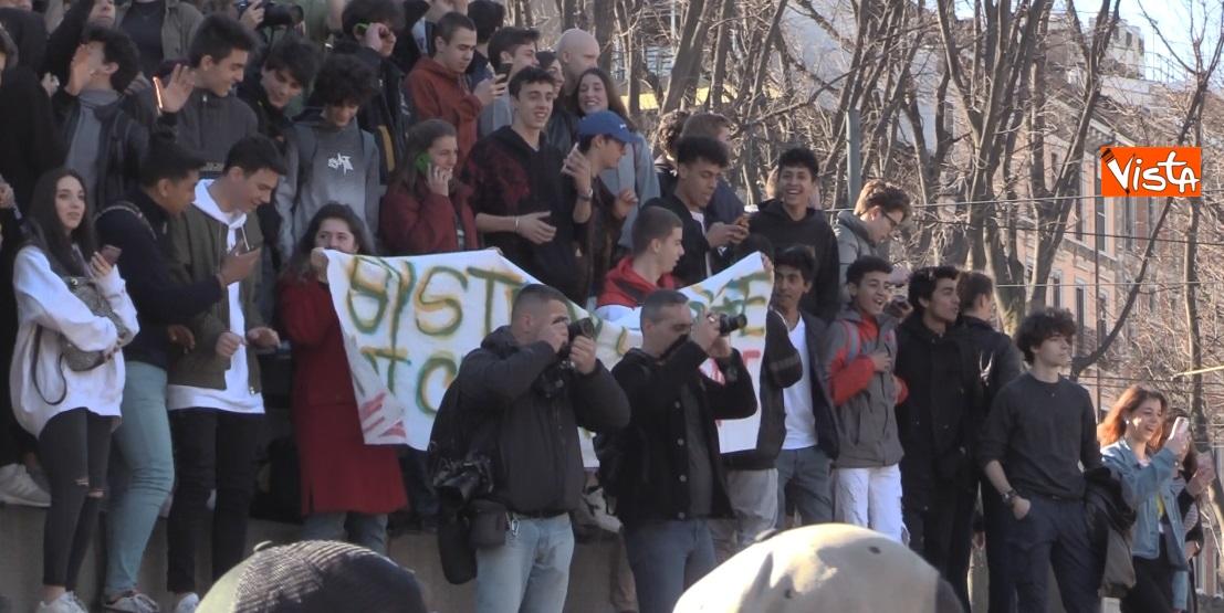 Gli studenti sul monumento di Cairoli a Milano