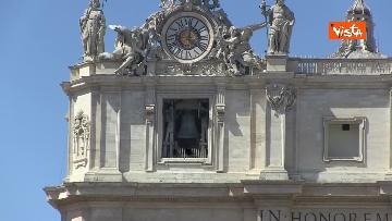 2 - Le Campane suonano in una Piazza San Pietro deserta