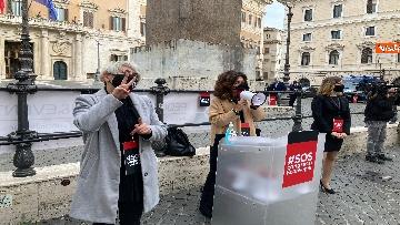4 - Organizzatori di eventi scendono in piazza a Montecitorio. Le immagini della protesta