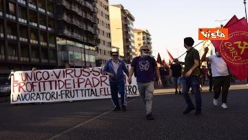 4 - CARC protesta sotto Palazzo Lombardia