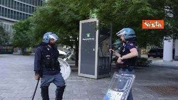 3 - CARC protesta sotto Palazzo Lombardia