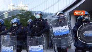8 - CARC protesta sotto Palazzo Lombardia