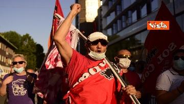 2 - CARC protesta sotto Palazzo Lombardia