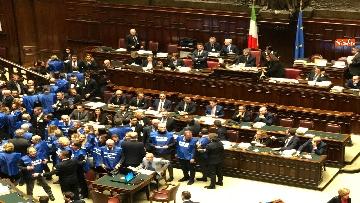 1 - Bagarre in aula alla Camera, Forza Italia protesta con i gilet blu