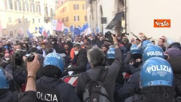 1 - Tafferugli a Piazza Montecitorio, la polizia carica i manifestanti