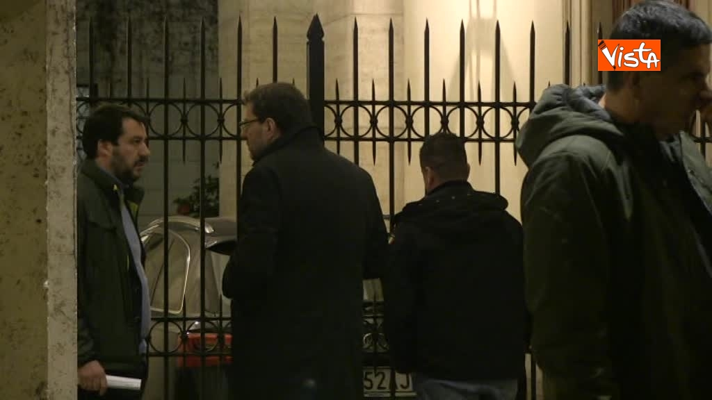13-03-18 Salvini arriva a Palazzo Grazioli con Giorgietti, ma attende a lungo l'apertura del cancello 01_278127683862730103299