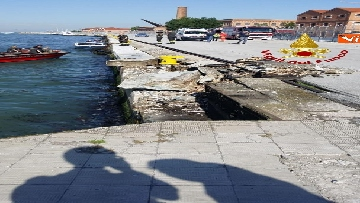 1 - Scontro a Venezia fra nave da crociera e battello turistico le verifiche dei vvf dopo l'incidente