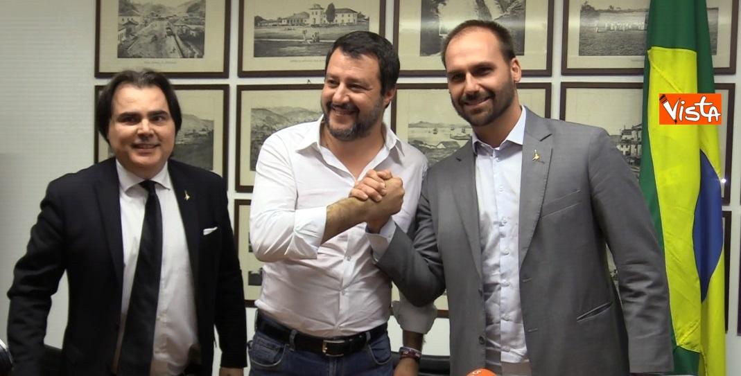 stretta di mano tra Salvini e E. Bolsonaro