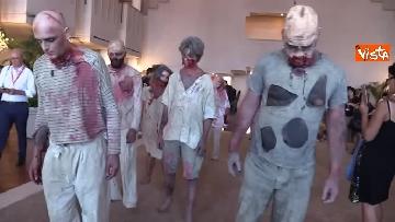 2 - L'invasione 'zombie' al Lido di Venezia, la performance per il documentario su Lucio Fulci