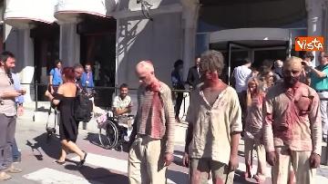 5 - L'invasione 'zombie' al Lido di Venezia, la performance per il documentario su Lucio Fulci