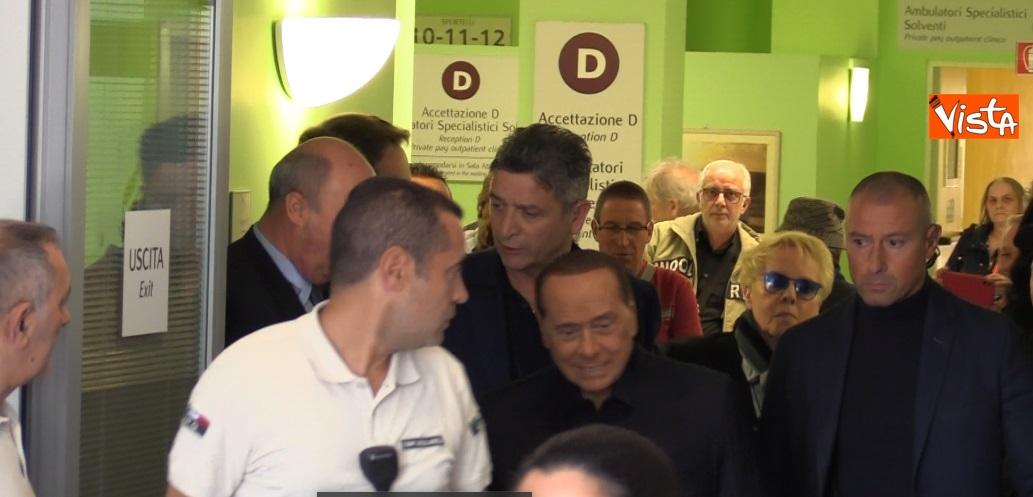 Berlusconi esce dall'ospedale San Raffaele