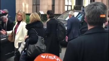3 - Juncker saluta con un bacio sulla guancia la guardia del Parlamento Europeo prima di andare via dal Consiglio Ue