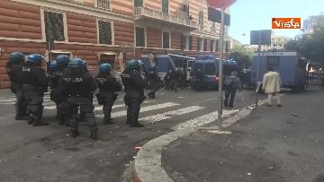 14 - Comizio Casapound a Genova, scontri tra antagonisti e polizia