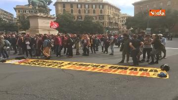 2 - Comizio Casapound a Genova, scontri tra antagonisti e polizia