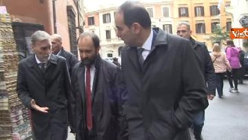 2 - Consultazioni, delegazione del PD passeggia tra i turisti per arrivare al Quirinale