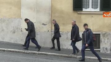 6 - Consultazioni, delegazione del PD passeggia tra i turisti per arrivare al Quirinale
