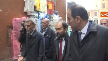 3 - Consultazioni, delegazione del PD passeggia tra i turisti per arrivare al Quirinale