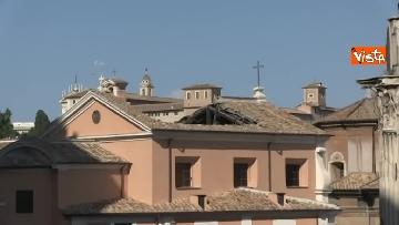 2 - Crolla tetto di una chiesa dietro al Campidoglio, le immagini dal luogo dell'incidente