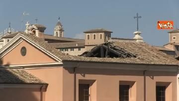 9 - Crolla tetto di una chiesa dietro al Campidoglio, le immagini dal luogo dell'incidente