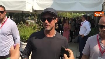 6 - Mostra del Cinema Venezia, Brad Pitt sbarca al Lido e si ferma a salutare i fan in delirio