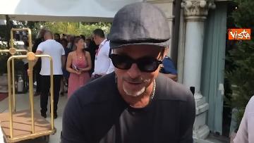 7 - Mostra del Cinema Venezia, Brad Pitt sbarca al Lido e si ferma a salutare i fan in delirio