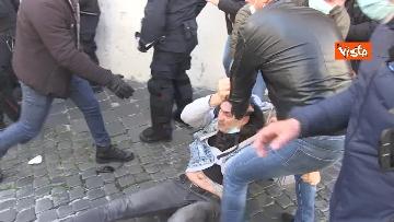 6 - Tafferugli a Piazza Montecitorio, la polizia carica i manifestanti