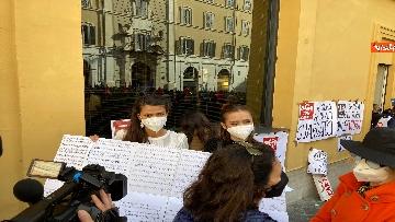 3 - Dal cinema al teatro. Lavoratori in protesta a Montecitorio. Le foto del sit-in