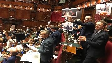 8 - Caso Russia, protesta del PD in Aula, i dem alzano foto di Salvini e Savoini insieme