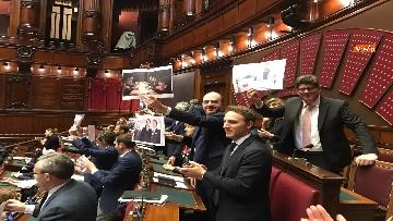 2 - Caso Russia, protesta del PD in Aula, i dem alzano foto di Salvini e Savoini insieme