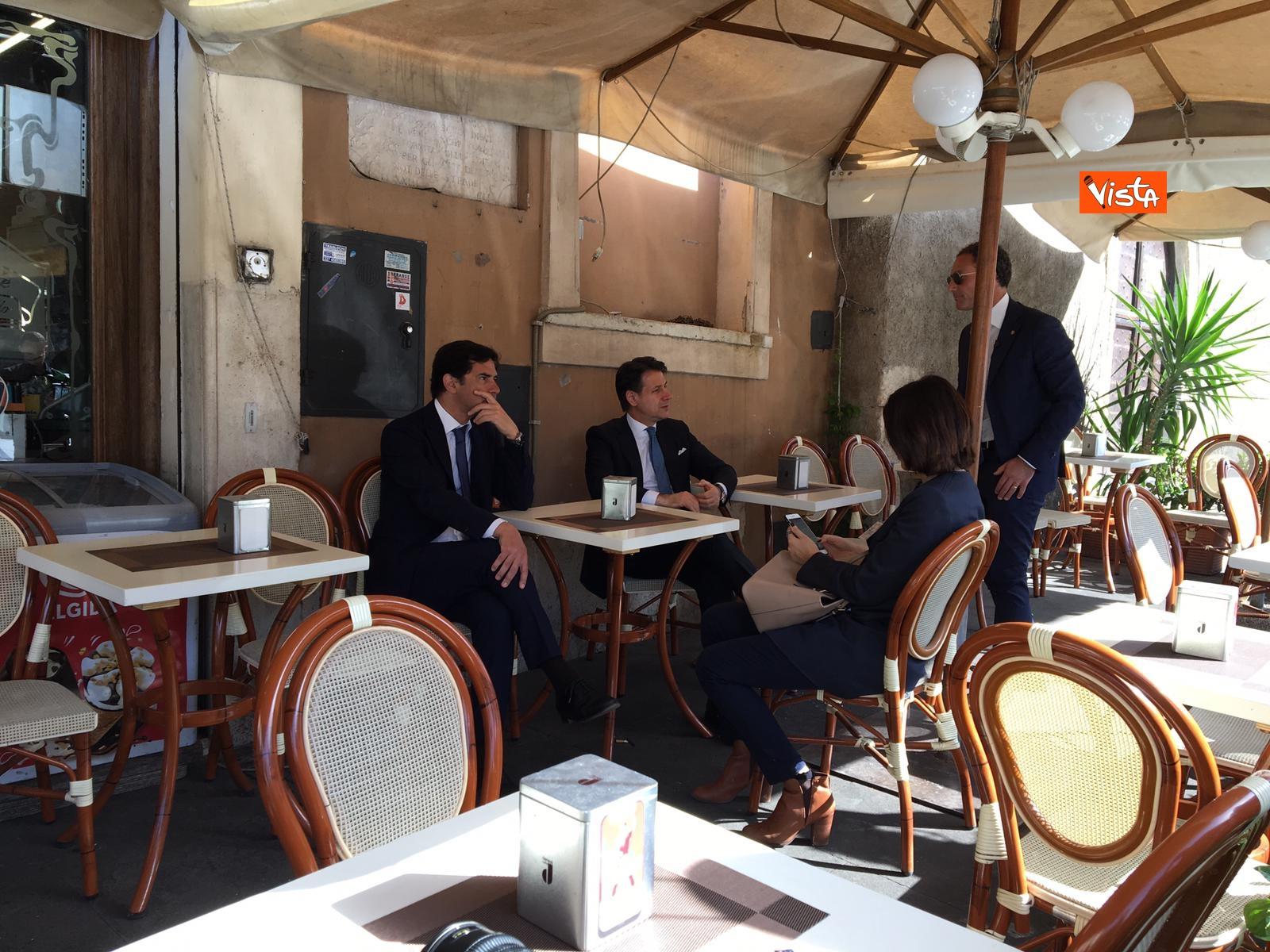 25-04-19 Conte prende un caffe al bar al termine della cerimonia all Altare della Patria per il 25 Aprile_08