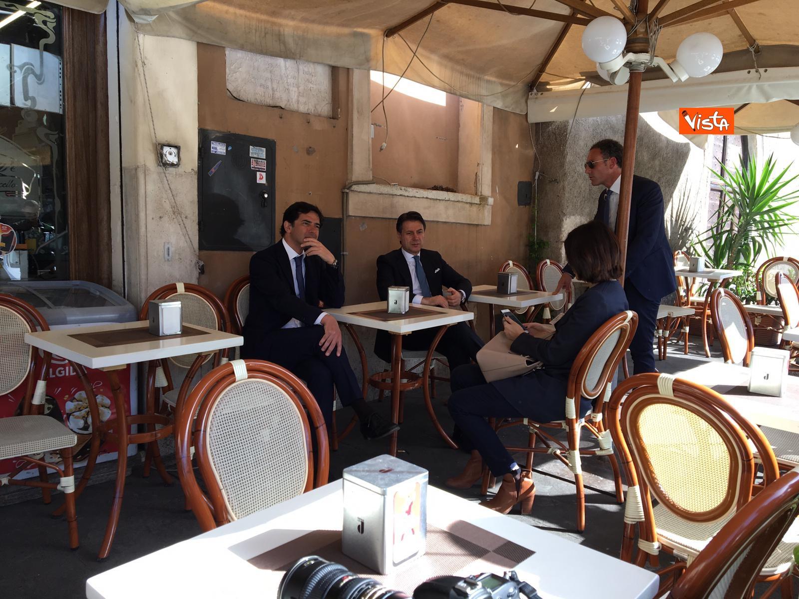 25-04-19 Conte prende un caffe al bar al termine della cerimonia all Altare della Patria per il 25 Aprile_05