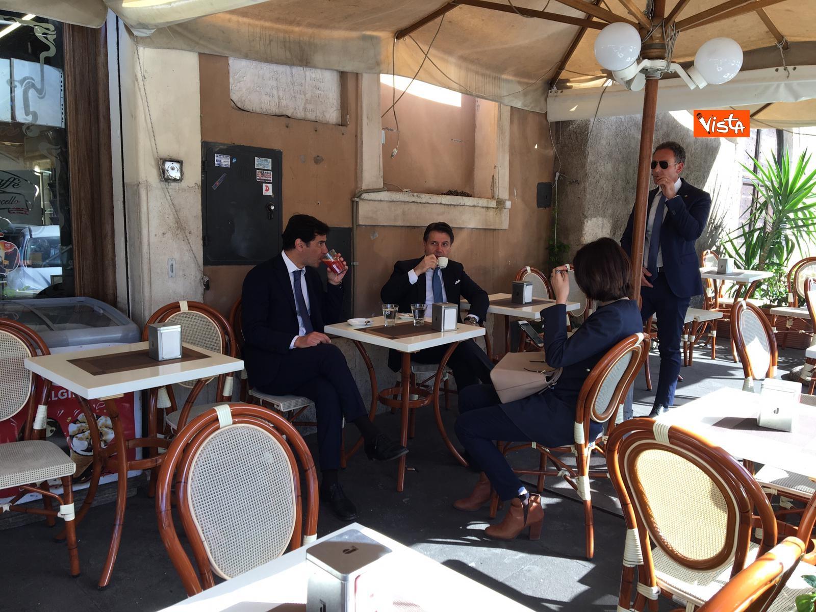 25-04-19 Conte prende un caffe al bar al termine della cerimonia all Altare della Patria per il 25 Aprile_07