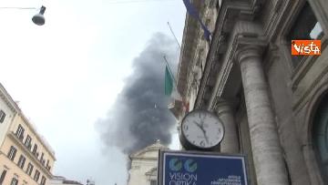 18 - Bus in fiamme in centro a Roma, via del Tritone nel caos