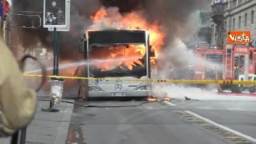 21 - Bus in fiamme in centro a Roma, via del Tritone nel caos