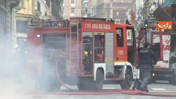 16 - Bus in fiamme in centro a Roma, via del Tritone nel caos