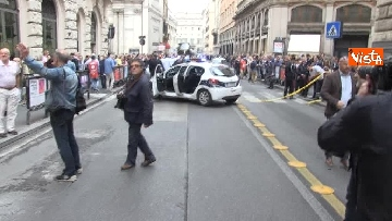 27 - Bus in fiamme in centro a Roma, via del Tritone nel caos