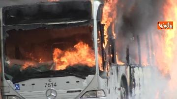 14 - Bus in fiamme in centro a Roma, via del Tritone nel caos