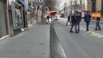 2 - Bus in fiamme in centro a Roma, via del Tritone nel caos