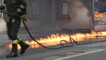 17 - Bus in fiamme in centro a Roma, via del Tritone nel caos