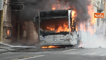 12 - Bus in fiamme in centro a Roma, via del Tritone nel caos