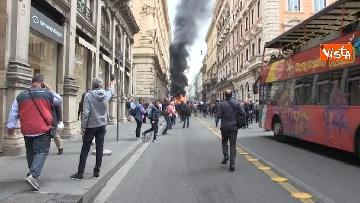 20 - Bus in fiamme in centro a Roma, via del Tritone nel caos