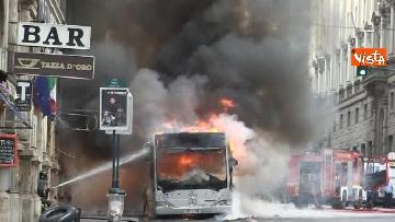 22 - Bus in fiamme in centro a Roma, via del Tritone nel caos