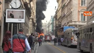 19 - Bus in fiamme in centro a Roma, via del Tritone nel caos