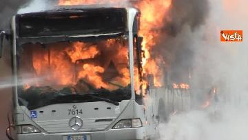 11 - Bus in fiamme in centro a Roma, via del Tritone nel caos
